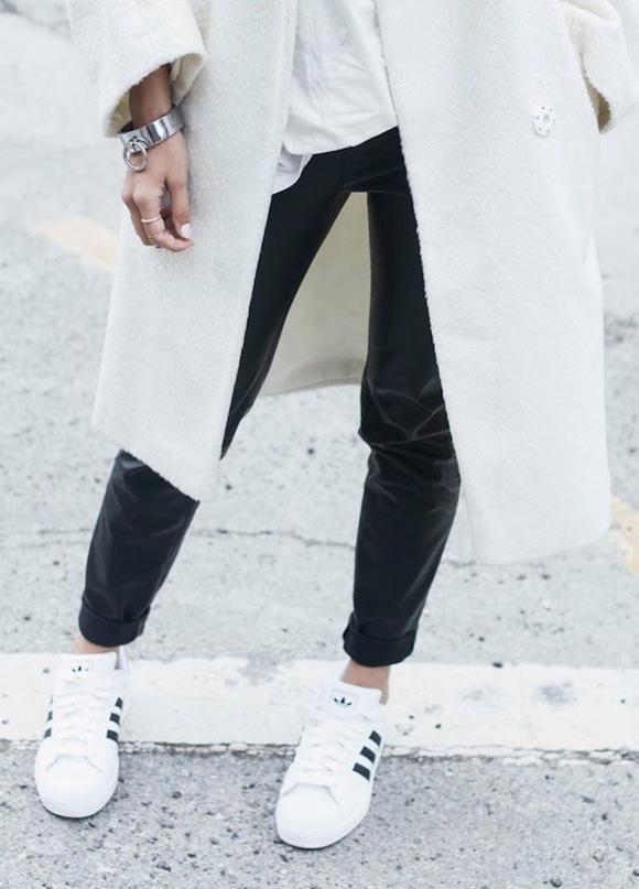 Hoe combineer je witte sneakers